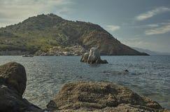 Утесы пускают ростии от моря перед естественной пропастью Стоковая Фотография RF