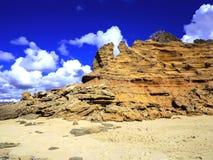 Утесы размывания клочковатые на побережье Сардинии, Стоковое Изображение