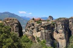 Утесы расположены на Meteora в Греции стоковые изображения