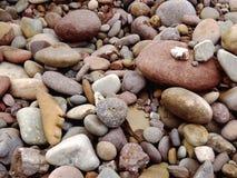 Утесы реки различных размеров и цветов на стороне дороги Стоковое Изображение RF