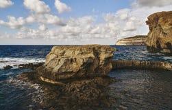 Утесы среди красивого моря стоковая фотография rf