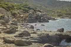 Утесы среднеземноморского побережья Сардинии Стоковые Изображения RF