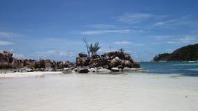 Утесы с крестом на пляже стоковая фотография rf
