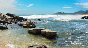 Утесы с морем в Lombok, Индонезии стоковое изображение