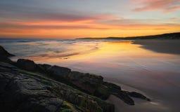 Утесы уплотнения пляжа маяка Стоковые Изображения