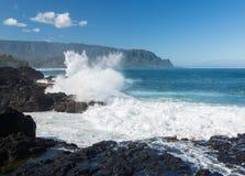 Утесы удара волн на ванне Кауаи ферзей Стоковые Изображения