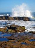 утесы agaist ломая волны Стоковые Изображения RF