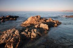 Утесы Coriscan в море на сумраке Стоковое Изображение RF