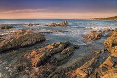 Утесы Coriscan в море на сумраке Стоковые Фото