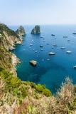 Утесы Faraglioni около острова Капри в Италии Стоковая Фотография RF
