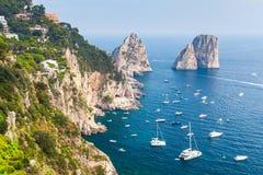 Утесы Faraglioni острова Капри, Италии Стоковые Изображения RF