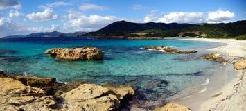 утесы piscinni пляжа стоковое изображение
