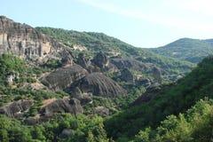 Утесы St Meteora в центральной части Греции 06 18 2014 Ландшафт гористой природы, поселений и религиозного o Стоковое Фото
