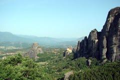 Утесы St Meteora в центральной части Греции 06 18 2014 Ландшафт гористой природы, поселений и религиозного o Стоковые Фото