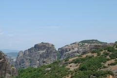 Утесы St Meteora в центральной части Греции 06 18 2014 Ландшафт гористой природы, поселений и религиозного o Стоковые Изображения