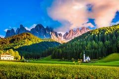 Утесы Tirol и зеленого леса Стоковое Изображение