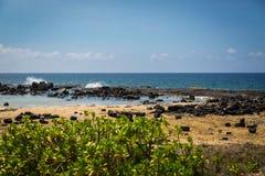 Утес лавы и пляж песка, Kona Гаваи Стоковые Изображения