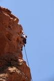 утес альпиниста взбираясь стоковые изображения rf