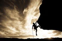 утес альпиниста качая Стоковая Фотография