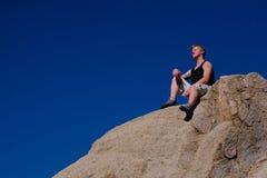 утес альпиниста отдыхая Стоковая Фотография RF