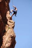 утес альпиниста rappelling Стоковое Фото