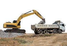 Утес ветроуловителя машины Backhoe тяжелый, который нужно перевезти на грузовиках стоковое изображение rf