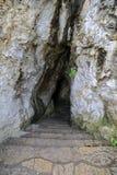 утес входа подземелья к Стоковые Фотографии RF