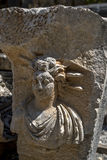 Утес высекая показывающ человеческое лицо на старом месте Myra в Demre в Турции Стоковые Фотографии RF