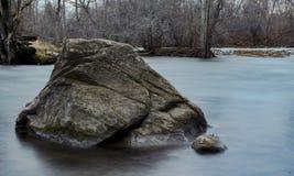 Утес в реке стоковая фотография rf