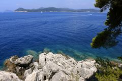 Утес в Хорватии - предпосылке перемещения природы чистая вода Адриатического моря день sanny голубая вода Стоковое фото RF