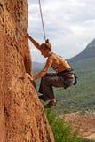 утес женщины альпиниста Стоковая Фотография RF