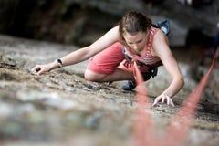 утес женщины альпиниста Стоковая Фотография