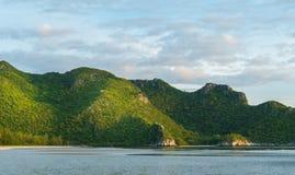Утес или гора или холм камня на конце Prachuap Khiri Khan Таиланда пляжа Pu челки вверх по 2 стоковые фото