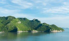 Утес или гора или холм камня на конце Prachuap Khiri Khan Таиланда пляжа Pu челки вверх стоковое фото rf