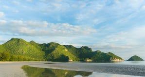Утес или гора или холм камня на пляже Prachuap Khiri Khan Таиланде 2 Pu челки стоковая фотография