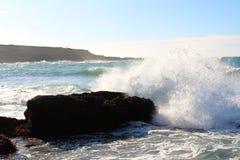 Утес и волна Стоковые Фото