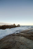 Утес и волны моря - Тасмании Стоковые Фотографии RF