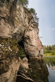 Утес и грот на береге леса реки Стоковое Изображение RF