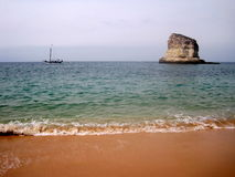 Утес и корабль Стоковая Фотография