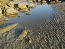 Утес и красивые поверхность и картина песка после малой воды стоковое изображение rf