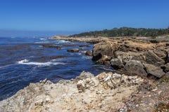 Утес и необыкновенные геологохимические образования во время отлива Стоковое Изображение