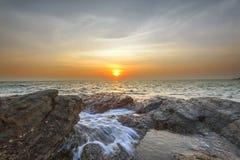 Утес и солнце attact волны Стоковое фото RF