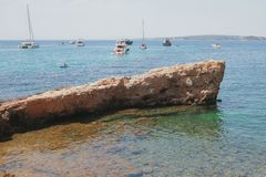 Утес и яхты в заливе моря Palma de Mallorca, Испания Стоковые Фото