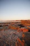 утес красного цвета образования пляжа бесконечный Стоковые Изображения RF