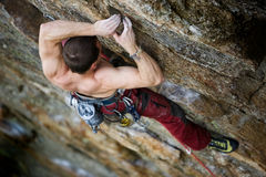 утес мужчины альпиниста Стоковые Фотографии RF