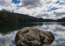 Утес наносит шрам в озере стоковые фотографии rf