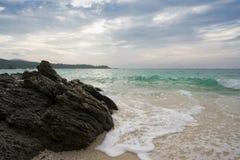 Утес на на пляже песка Стоковое Изображение RF