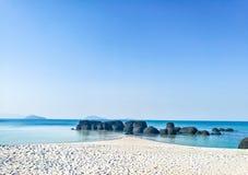 Утес на пляже на море в Таиланде стоковые изображения rf