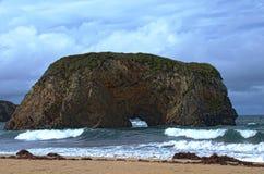 Утес на пляже стоковое изображение rf