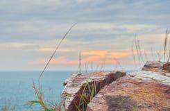 Утес, небо и море стоковые фото